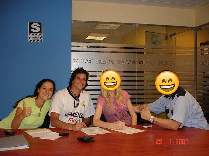 Erick junto a Denise, la líder que lo adopto, junto a la primera pareja de amigos que firmó - ErickGamio.com
